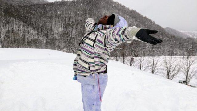 リントレーナーが雪の中で万歳している写真